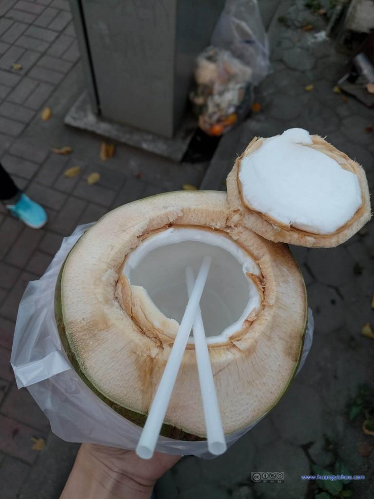 傍晚,在路上买了个椰子,25THB