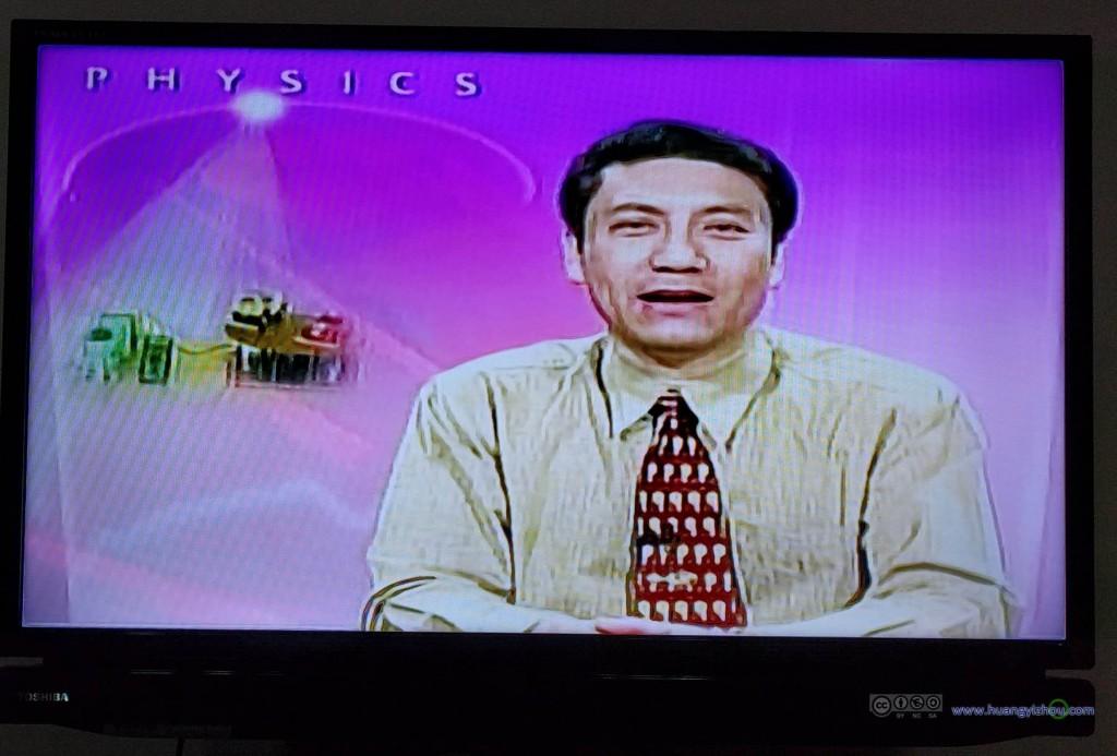 对,就是这大叔,就是这奇怪的电视频道