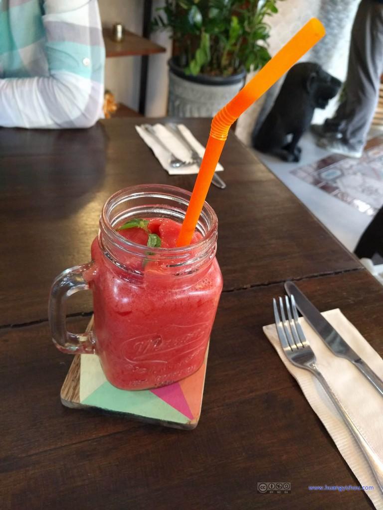 晚饭之前点了一杯草莓沙冰。#春节期间冷饮体验