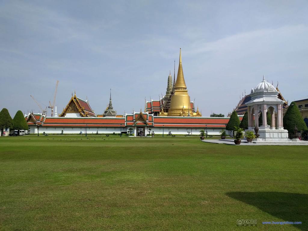 从玉佛寺外面的草坪看玉佛寺的东西中轴线