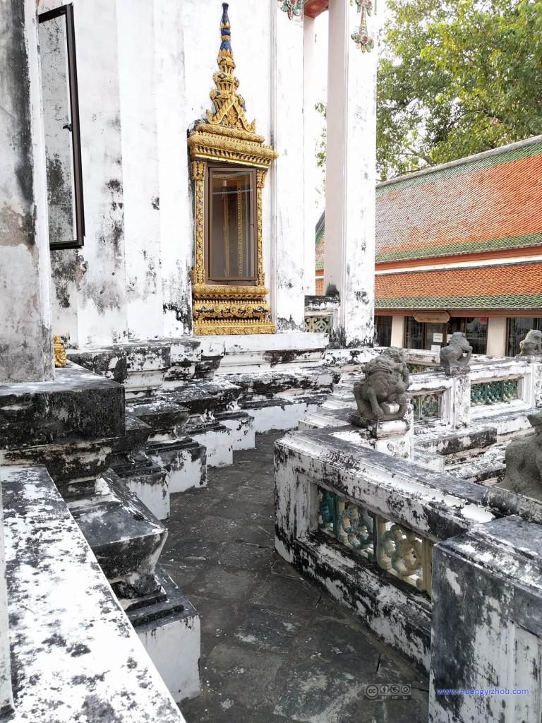 Phra Mondob的外围,和卧佛寺内大多保养得很好的建筑相比,这属于非常破败了