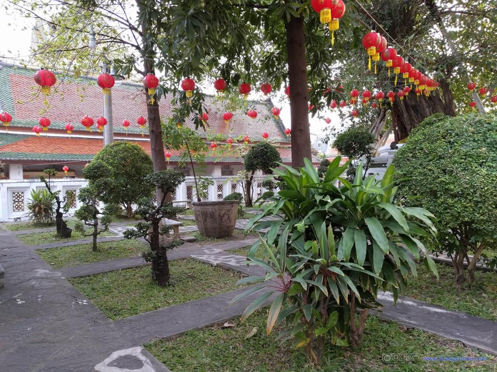 卧佛寺内的春节装饰,这是卧佛寺里一个游客不常来的小园子