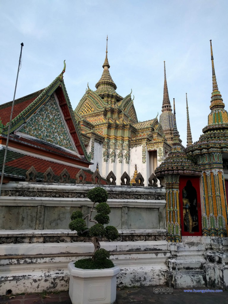 卧佛寺,围绕Phra Mondob的围墙看起来也有些古老了