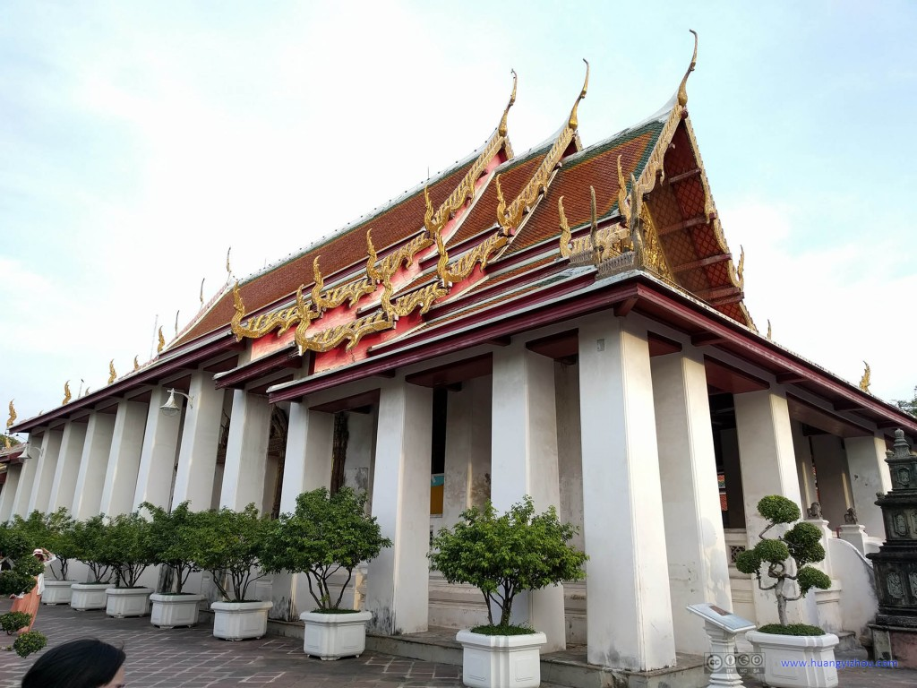 """卧佛寺西南角的Sala Karn Parien,这座殿堂是和""""卧佛""""南北对称的,但是这里没有卧佛,游人也不常来,已经变成寺庙的生活区之一了"""