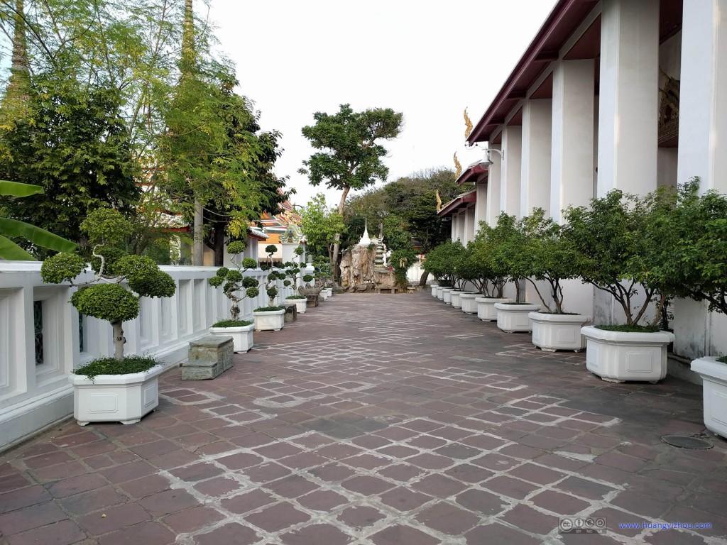 卧佛寺Sala Karn Parien北面的通道,植物打理得还算不错