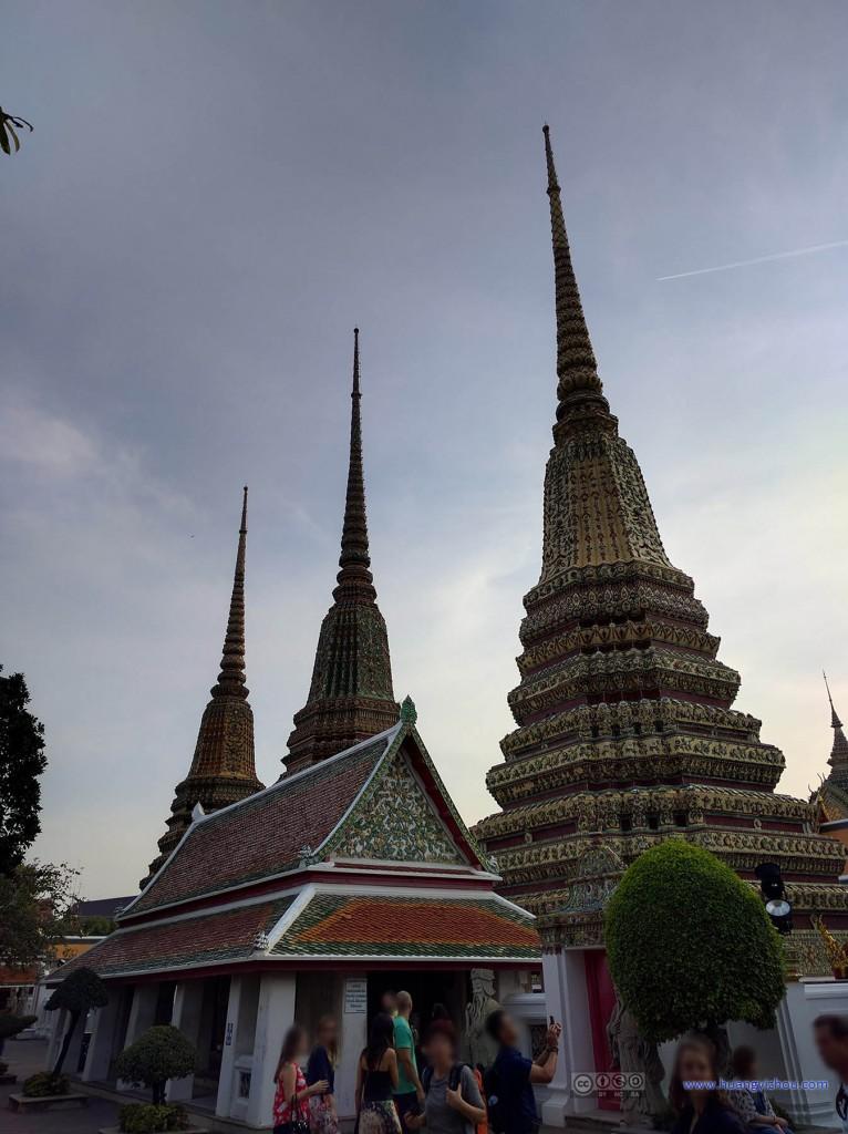 卧佛寺里一组Phra Maha Chedi Si Rajakarn