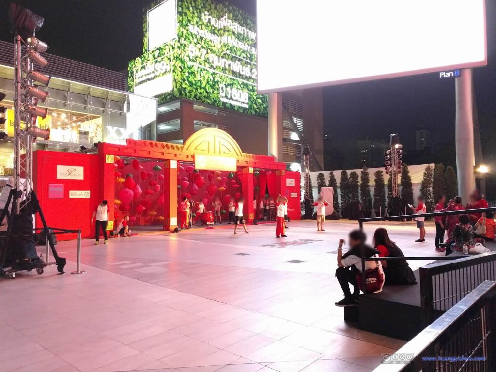 Siam Paragon外广场,一些当地的学童进行着除夕庆祝表演