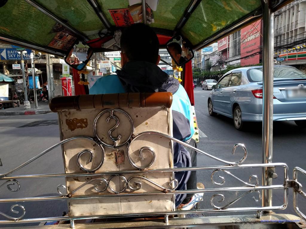当天早上从酒店门口拦了一辆Tuk Tuk 前往Victory Memorial