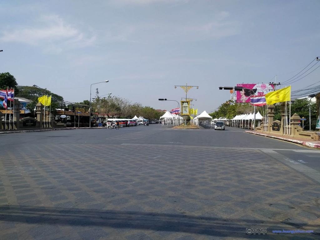 大城的街道,猜测白色的棚子和春节庆祝有关