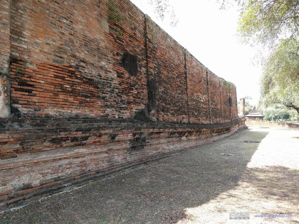 Wat Rat Praditthan,土层由于时间的变迁导致墙壁已经随之变得弯弯曲曲的了