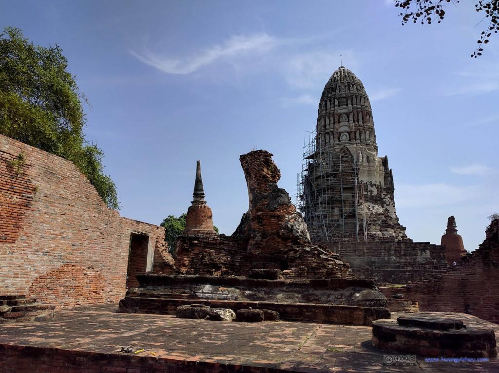 Wat Rat Praditthan,从远离入口的一端望去,这里有些佛塔已经不那么幸运了