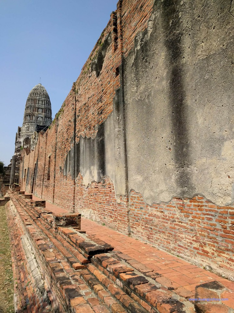 Wat Rat Praditthan,这墙壁看上去有被烧过的痕迹。据Wiki说好像整个大城府在被缅甸军攻占之后都被烧了