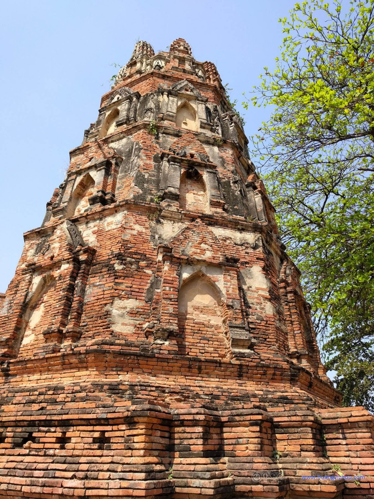 A Buddha tower in Wat Maha That where details were relatively well-preserved.