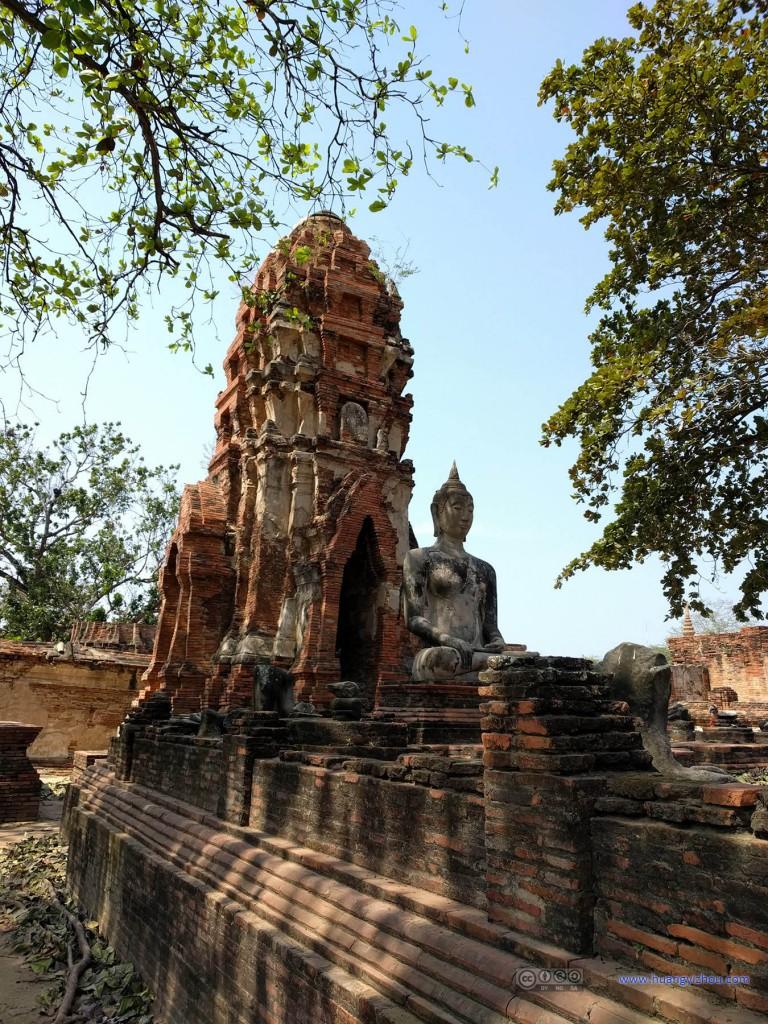Wat Maha That,斑驳的树影下总算找到了一尊完整的佛像