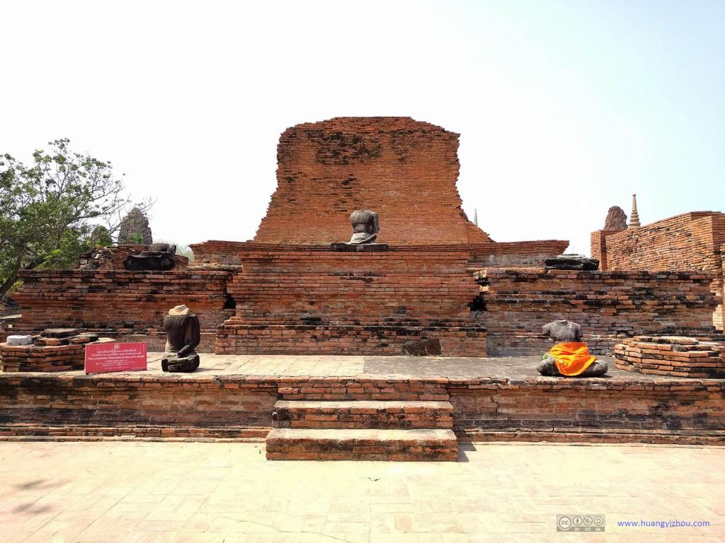 Wat Maha That,同样这里的佛像也被破坏了,猜测佛像上的服饰是当地寺庙组织的。