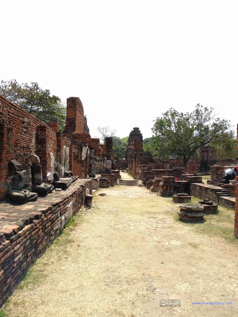 Wat Maha That,这应该曾经是一个回廊,两边柱基和墙壁还保持着