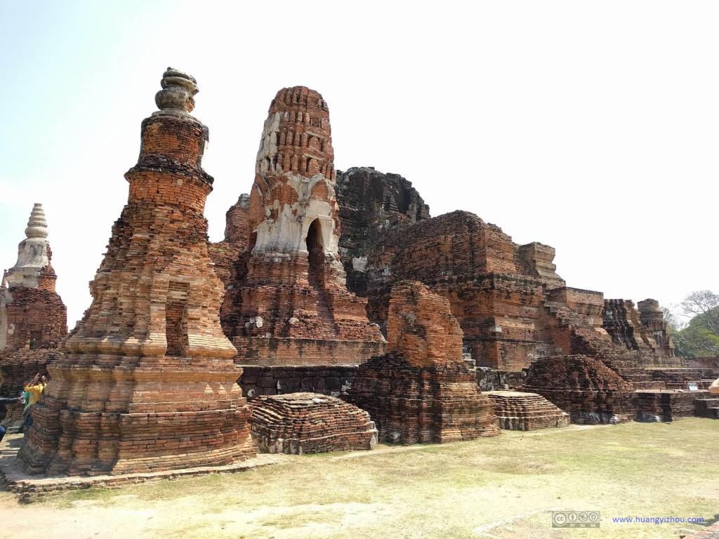 Wat Maha That,在中央主塔旁还有一些保存得相对较好的佛塔的
