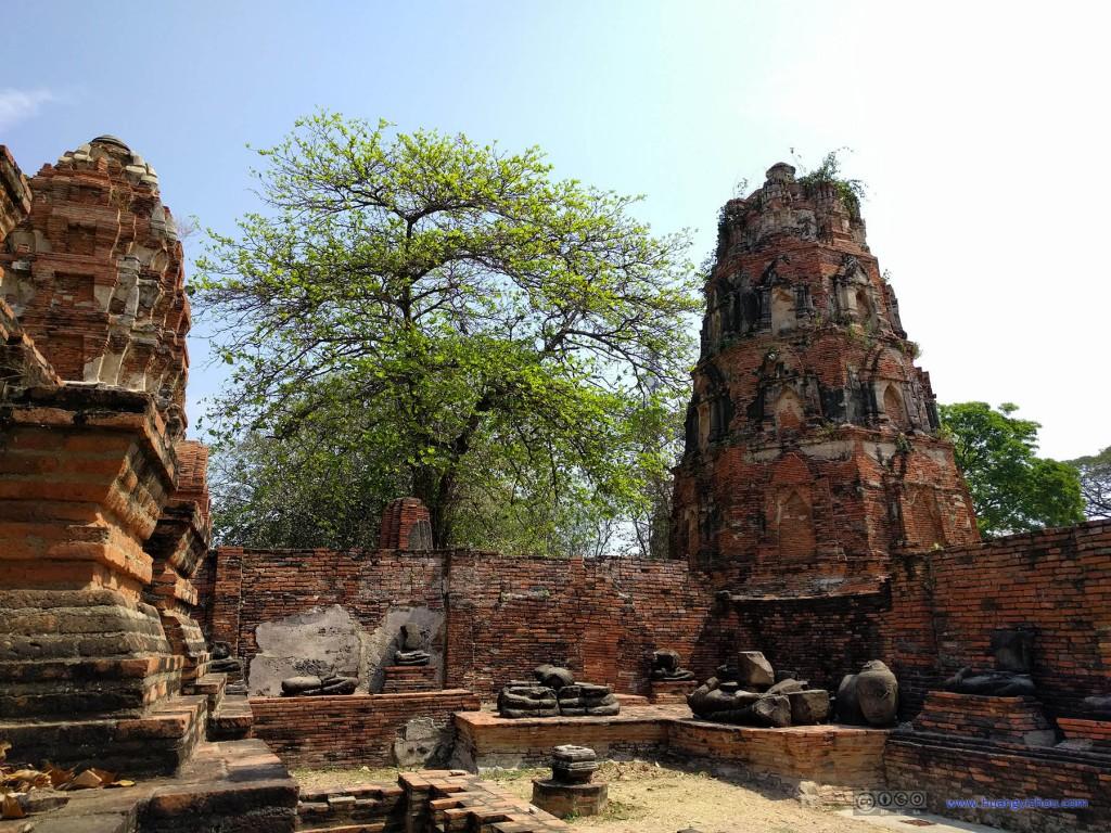 Wat Maha That,角落里,一些破败的佛像