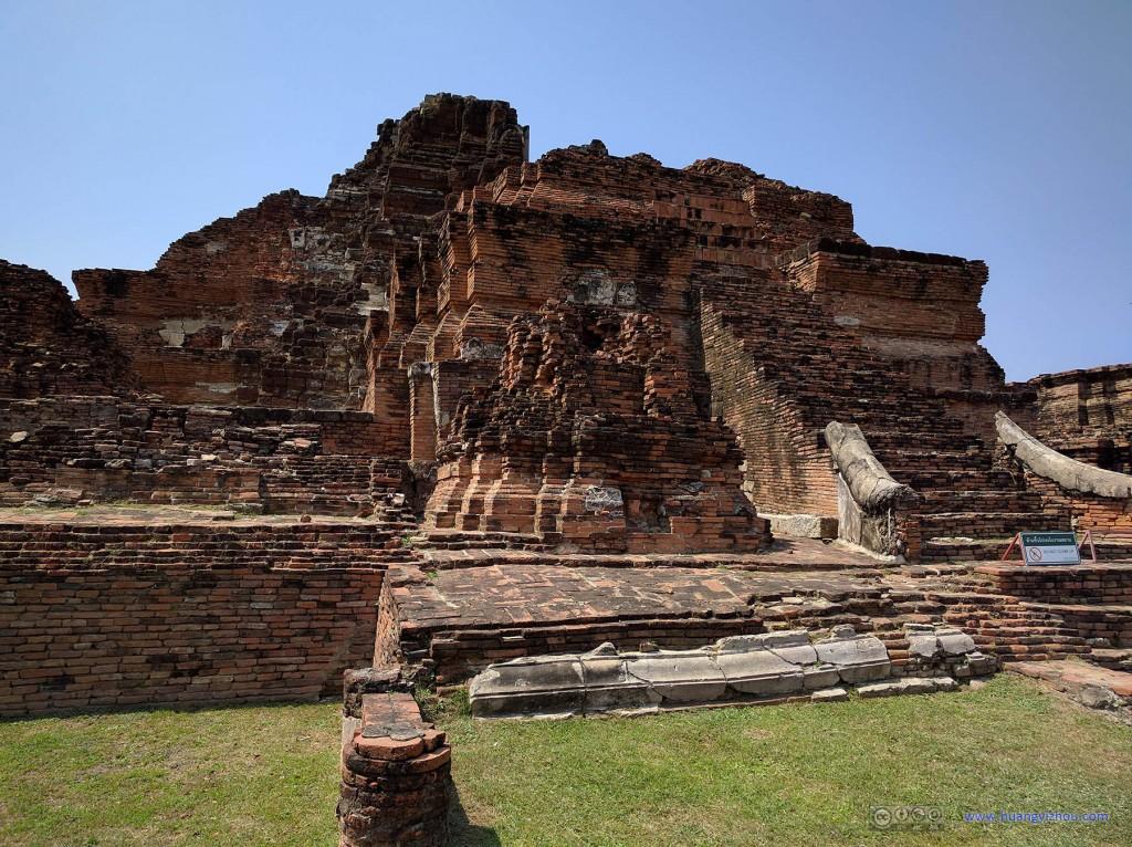 Wat Maha That, remains of central Prang.