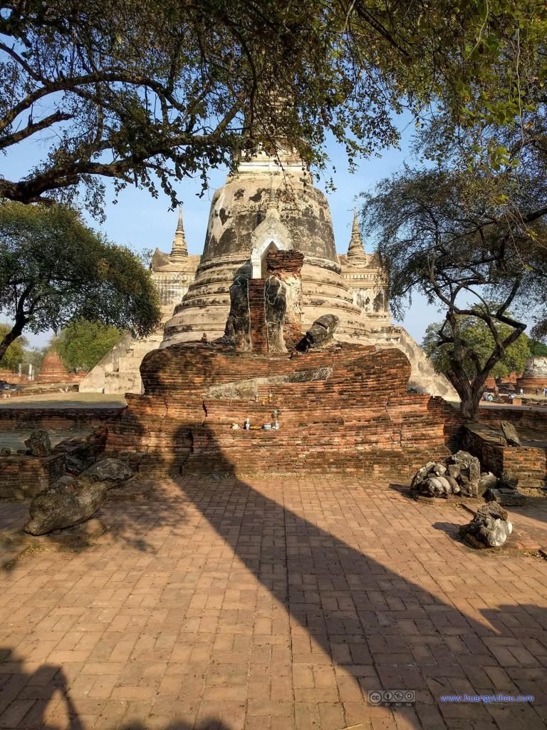 Wat Phra Si Sanphet,这应该是一个由砖堆砌而成的佛像的遗迹,一路上比较少见