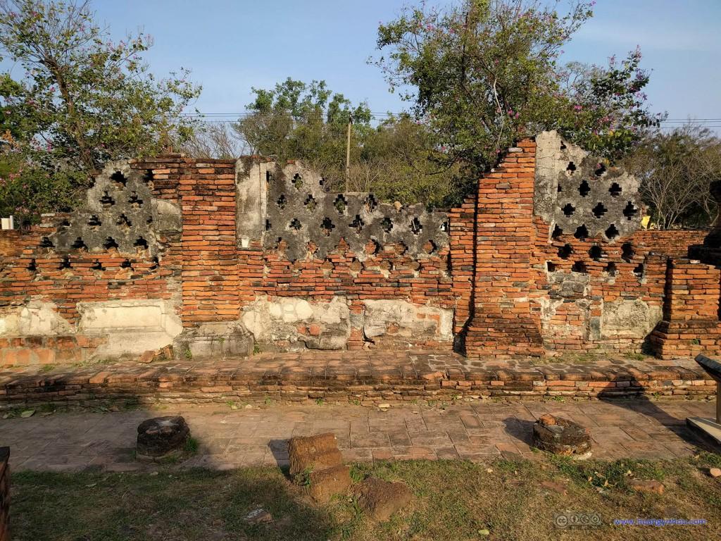 Wat Phra Si Sanphet东部,将遗迹和街道隔开的就是这些已经破烂不堪的墙壁