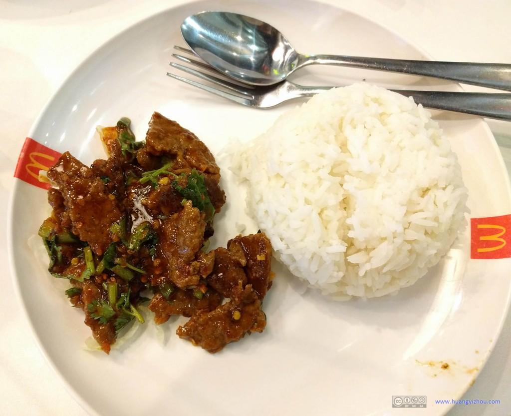 """想尝试一下麦当劳在泰国如何本土化的,于是在麦当劳里点了一份""""牛肉饭""""。结果就是在牛肉里加上前几天在Chiang Rai吃的Thai Salad里那种奇怪的辣酱,好像是,在成都点了一碗牛肉面但是忘记对老板说不放辣。"""