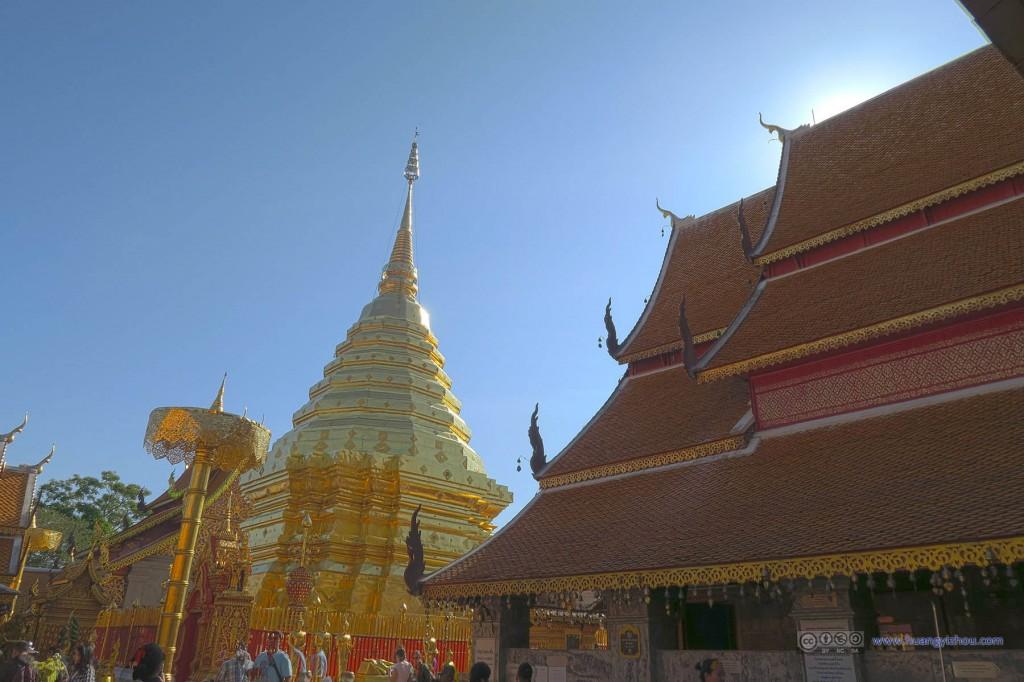 感觉双龙寺的宗教功能已经被络绎不绝的游客稀释地差不多了。(但再怎能样也比共产主义管理下的呼和浩特五塔寺好)
