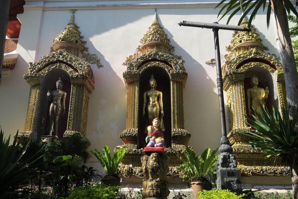 双龙寺里的三王雕像
