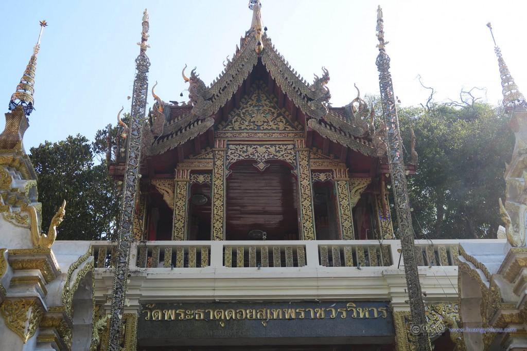 以及这是寺庙大门,为了在照片里不出现人只能用这个角度拍了