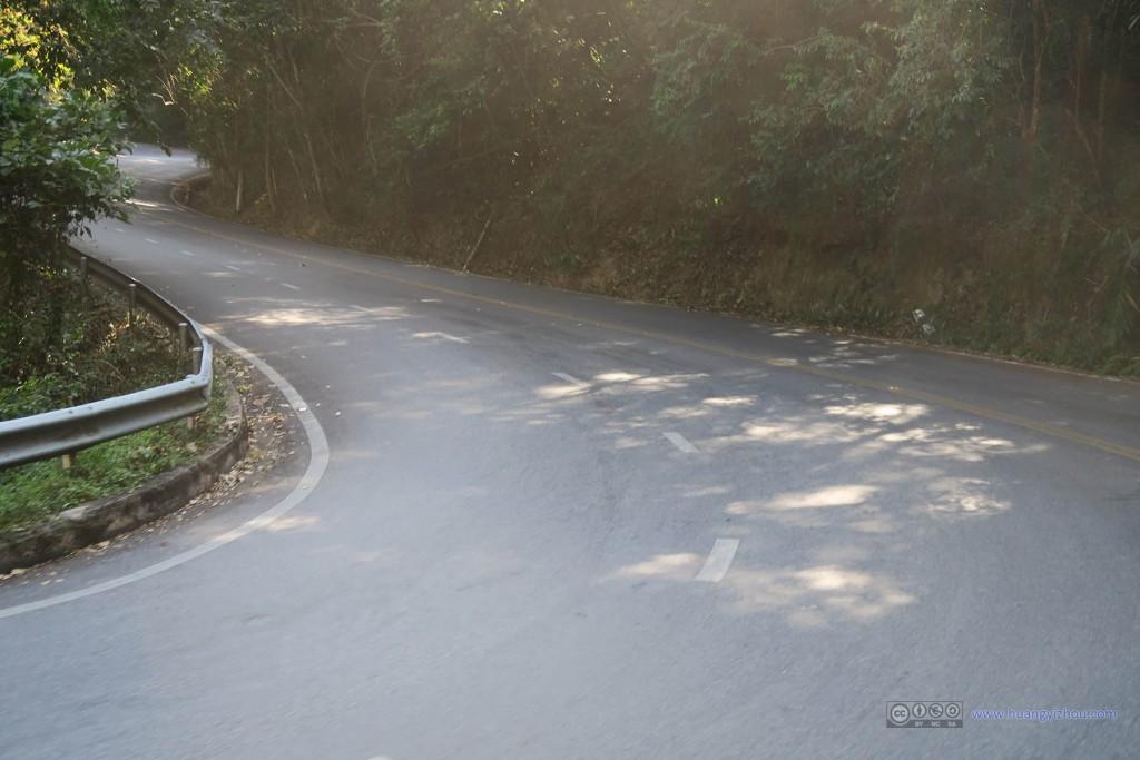 下山的时候才知道为什么不对称地设计双向三车道:下坡司机普遍不愿意刹车,所以给他们更宽的缓冲空间