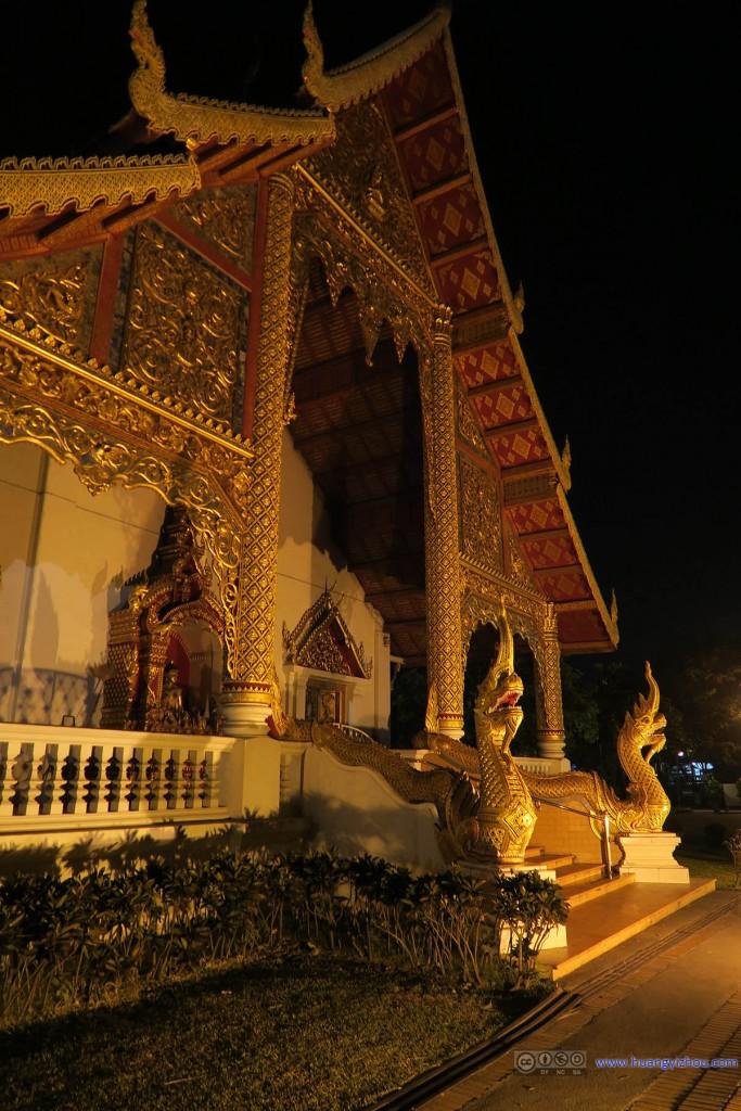 夜晚的Wat Phra Sing