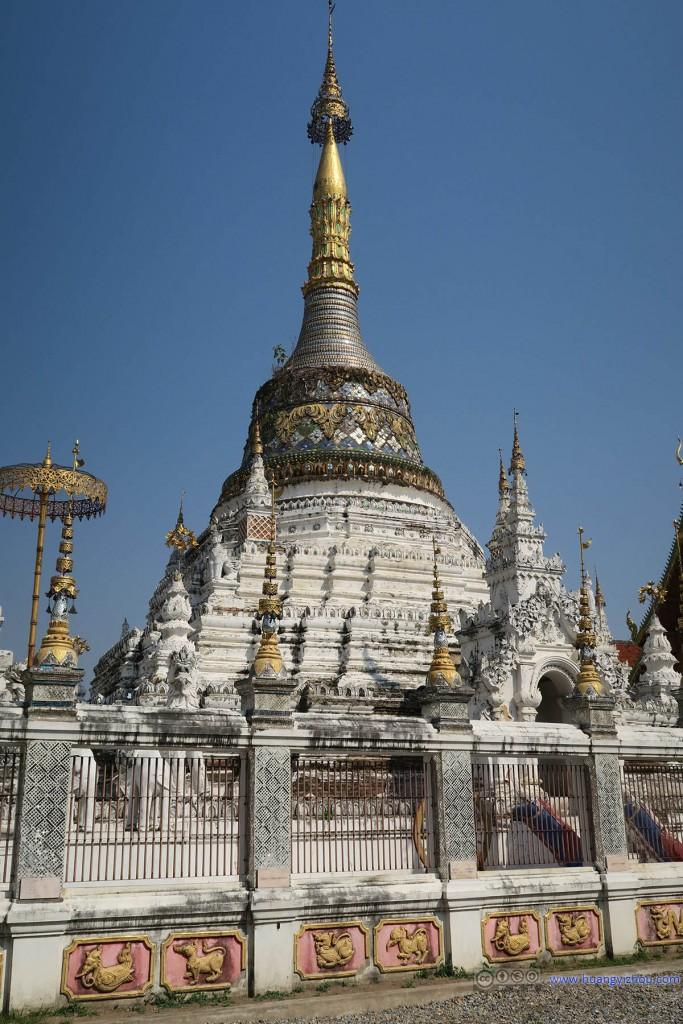 Wat Saen Fang,接下去的寺庙里很少有这么鲜艳的塔