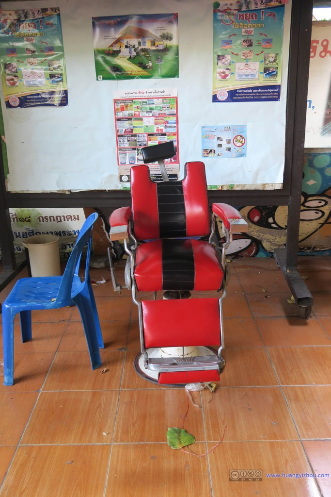 Thammarat Sueksa School里的,理发站。当时觉得以这个凳子的破旧程度估计不会再使用了,直到最近在该学校官方Facebook上看到理发活动的照片。。。