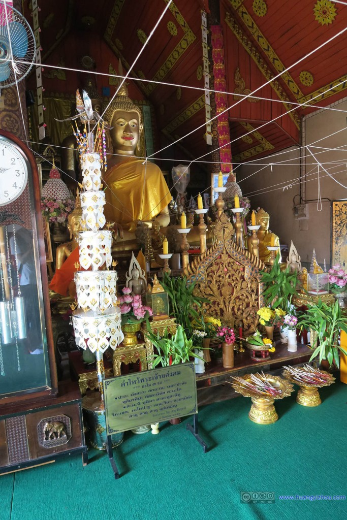 Wat Si Koed,个人其实非常不了解这些网状的白线起到的作用。猜测是节庆时期悬挂饰品,或者仅仅是提醒人们低头表示尊敬。
