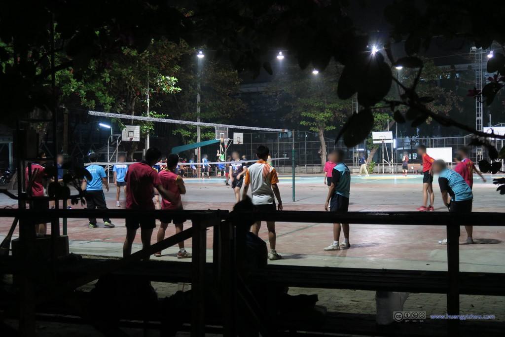 Yupparaj Wittayalai School内夜晚健身的同学们。很惊讶泰国的拖鞋文化能渗透到运动场上。