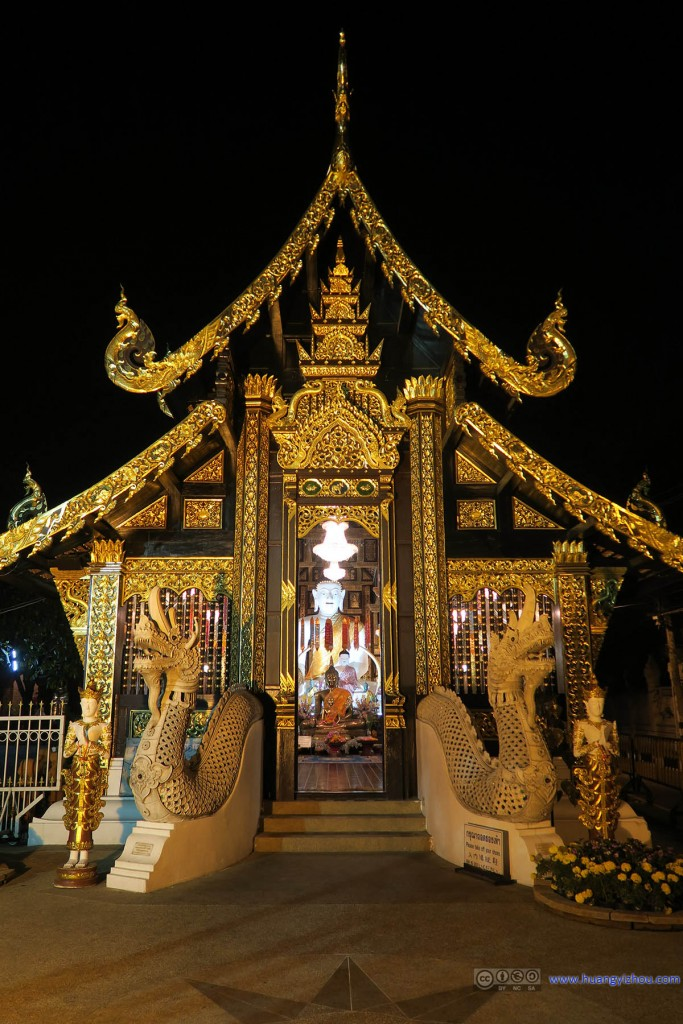 Wat Inthakhin的大门,为数不多在晚上也开门的寺庙。