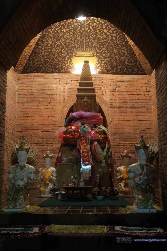 Wat Inthakhin里,供奉的佛像。发现围绕佛像的绸带上画的居然是十二生肖。