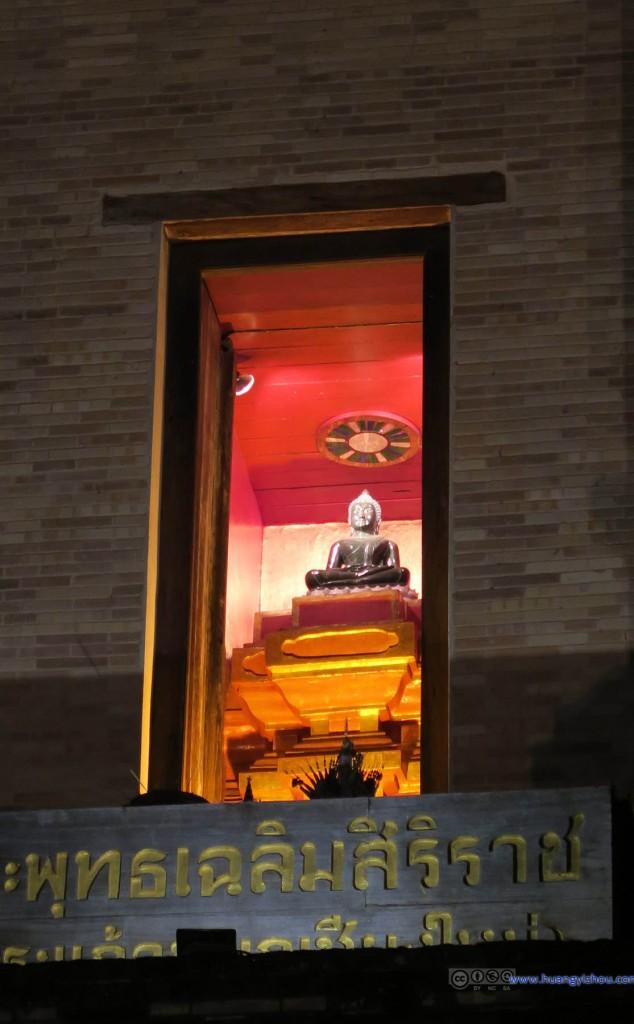 在晚上出来散步的时候才发现Wat Chedi Luang Worawihan中间这样高高供着一尊佛像,白天的时候估计只是注意它的雄伟了吧。