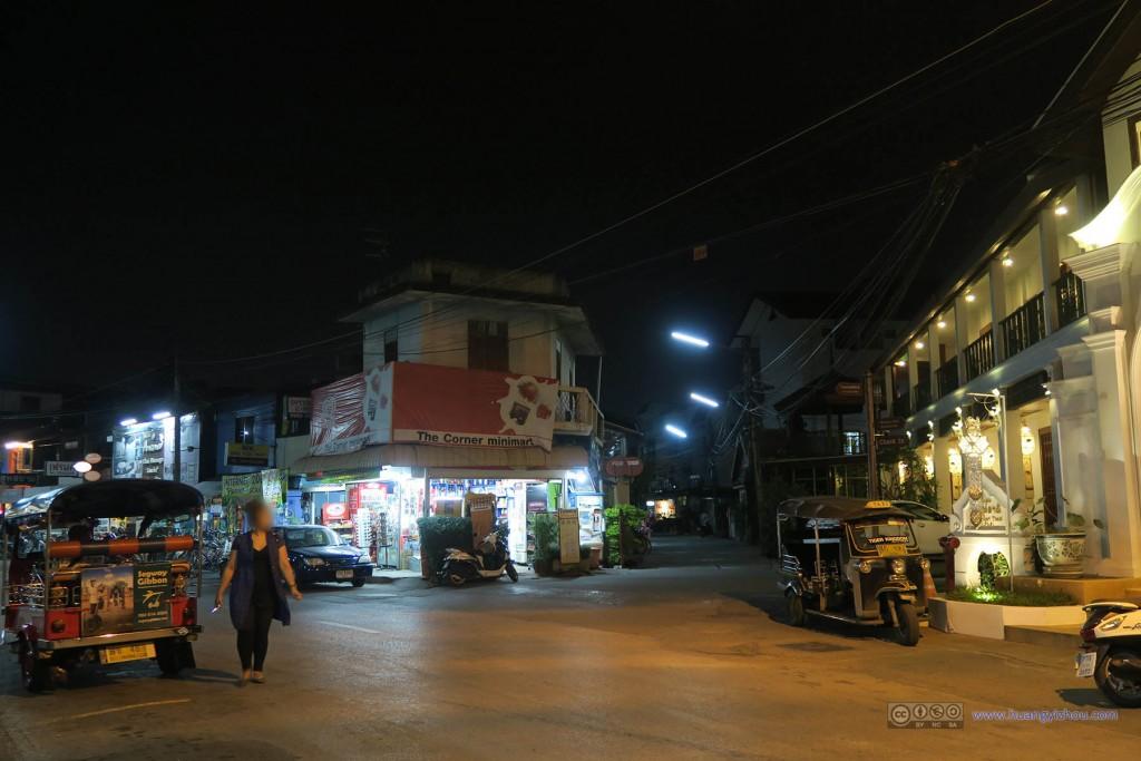 清迈城南的街道,夜晚