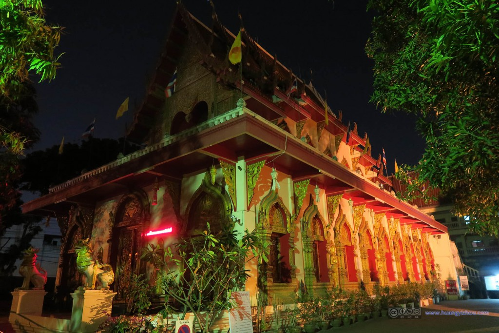 夜色及周围夜市灯光下的Wat Phan On