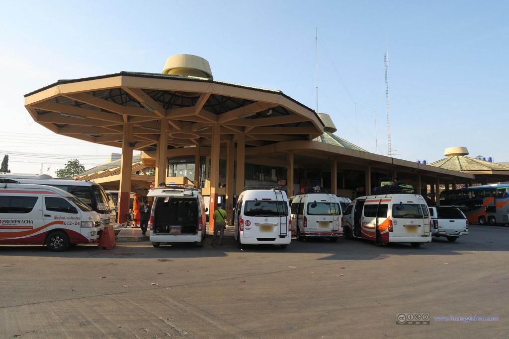 清迈汽车站,一早这一个角落全部被同一家公司的mini van承包,大多都去Pai