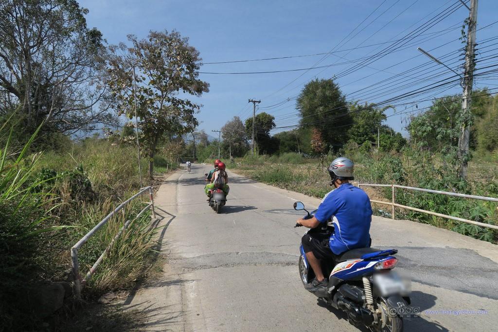 骑自行车的好处是,可以单手骑车单手拍照,虽然拍到的大多是别人骑摩托车如何超过自己。。