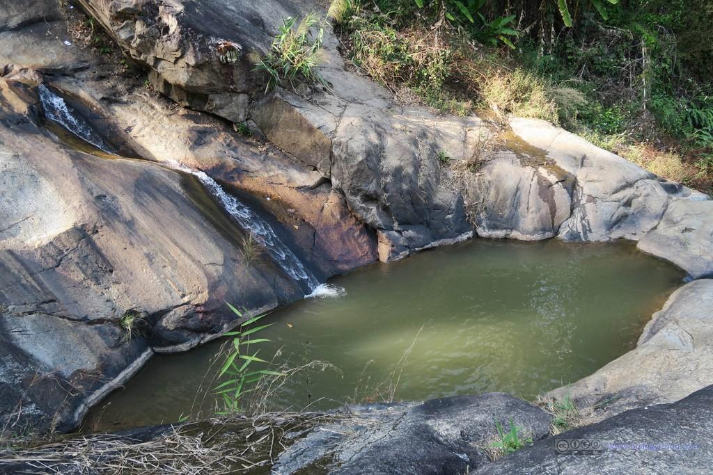一路骑到瀑布,看到眼前的景象才想起来现在是枯水季