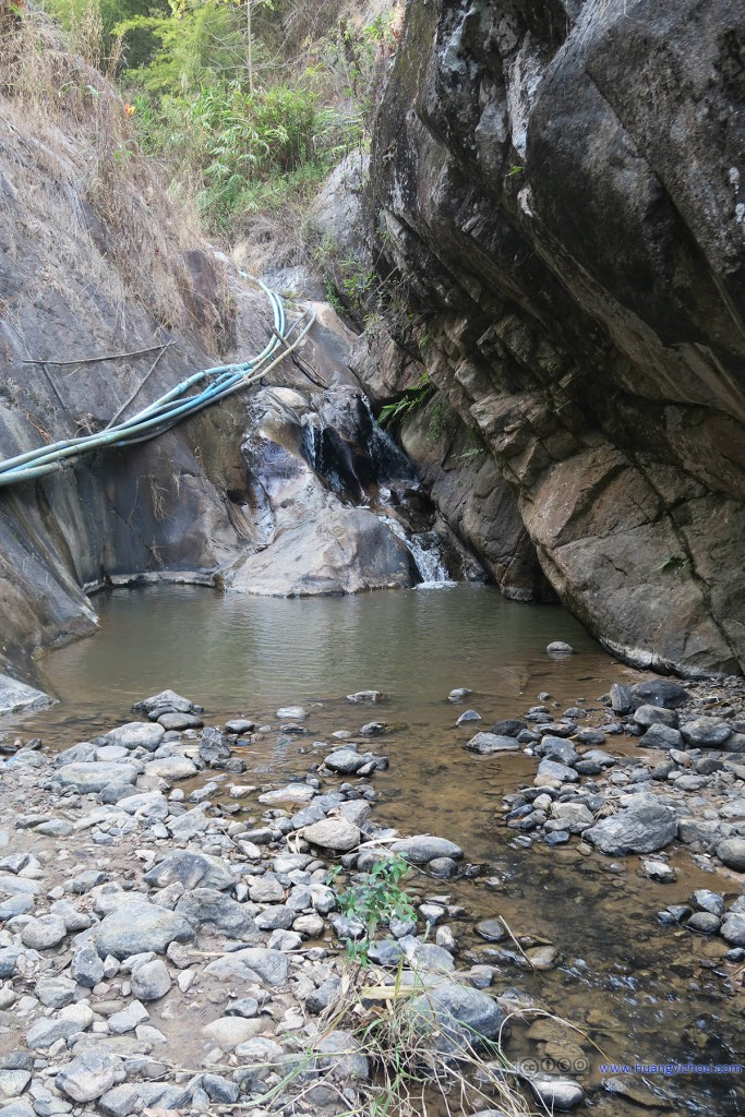 Pai瀑布,看到水管我又无比恶意地猜测枯水季仅有的那一点水流也是通过水管送上去的,尽管旁边的美国大姐坚信这是山上人家的生活用水