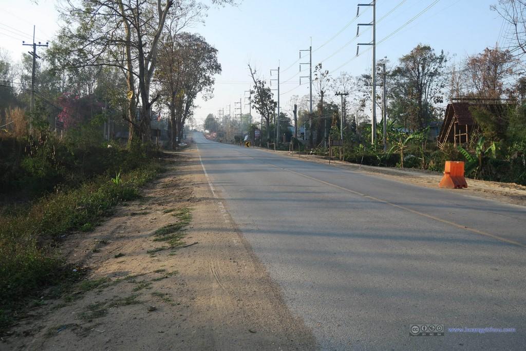 Pai县的清晨,因为还早,路上没有什么车