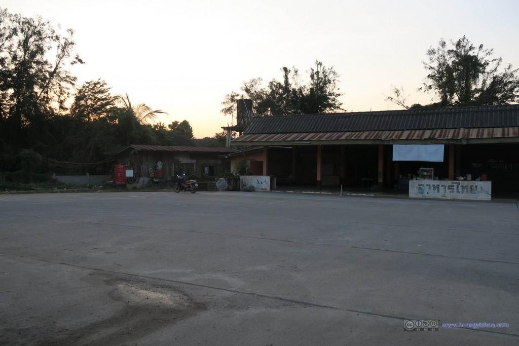 去清莱的长途车中途停车休息的汽车站