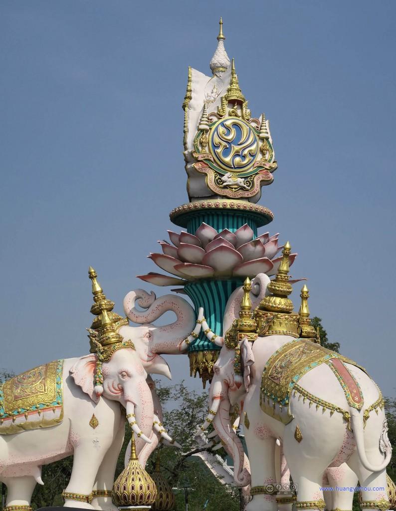 大皇宫外面,三个白象的雕塑