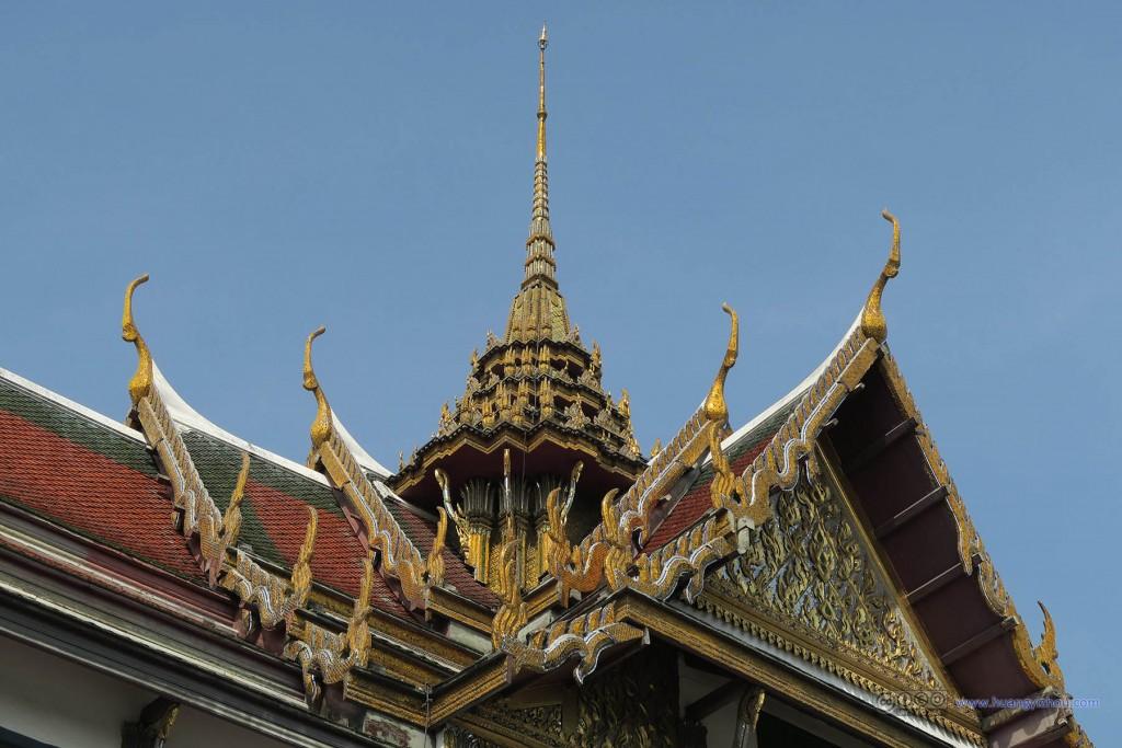 玉佛寺里面的屋顶基本上都长这个样子,装饰得很华丽
