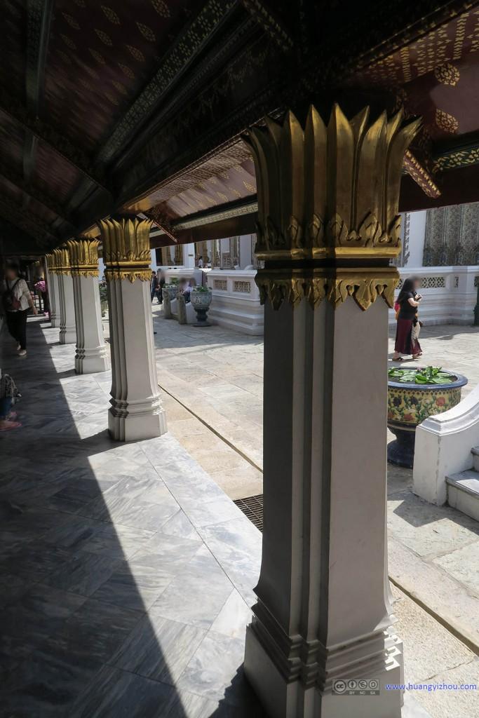 玉佛寺里,连走廊都可以做得金碧辉煌