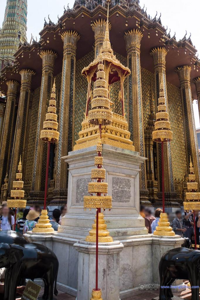 玉佛寺里,Phra Mondop,以及前景中的Rama王纪念碑